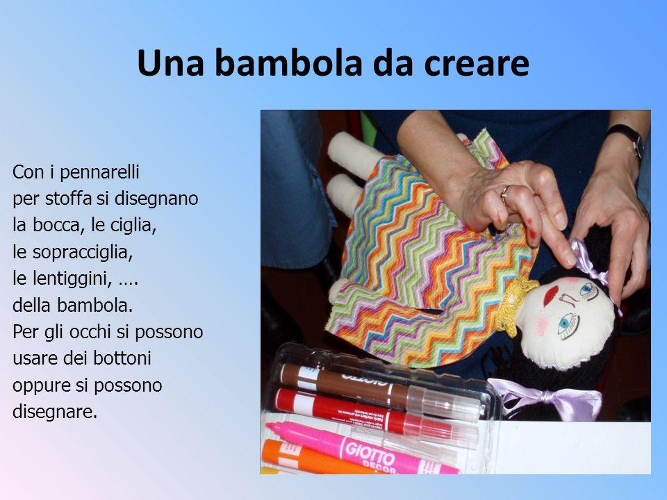 Una bambola da creare Con i pennarelli per stoffa si disegnano