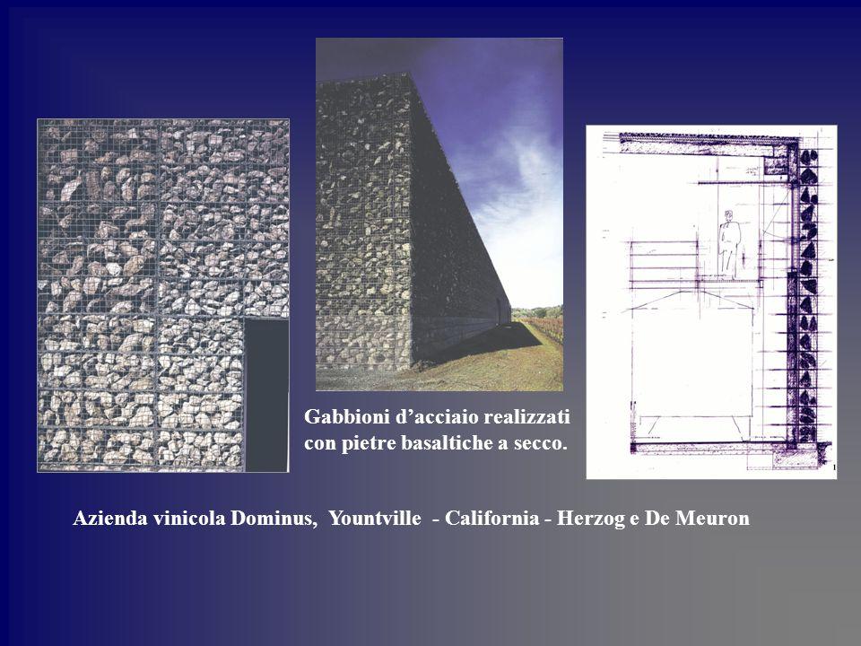 Gabbioni d'acciaio realizzati con pietre basaltiche a secco.