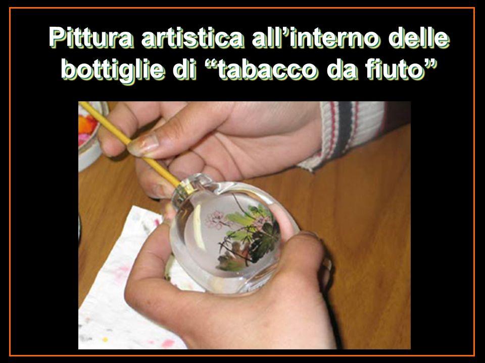 Pittura artistica all'interno delle bottiglie di tabacco da fiuto
