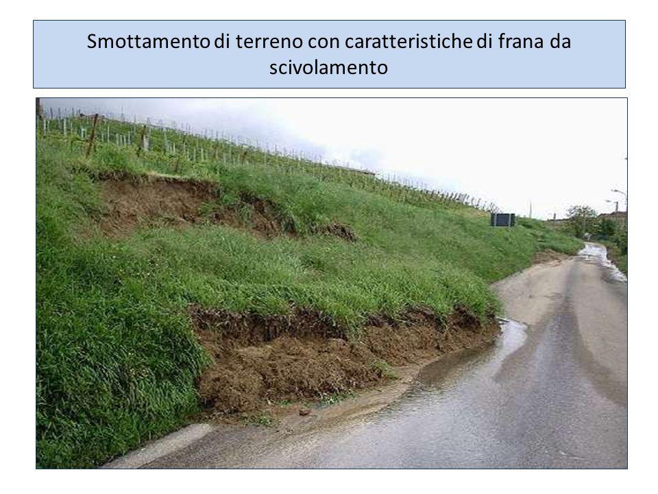 Smottamento di terreno con caratteristiche di frana da scivolamento