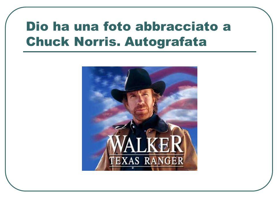 Dio ha una foto abbracciato a Chuck Norris. Autografata