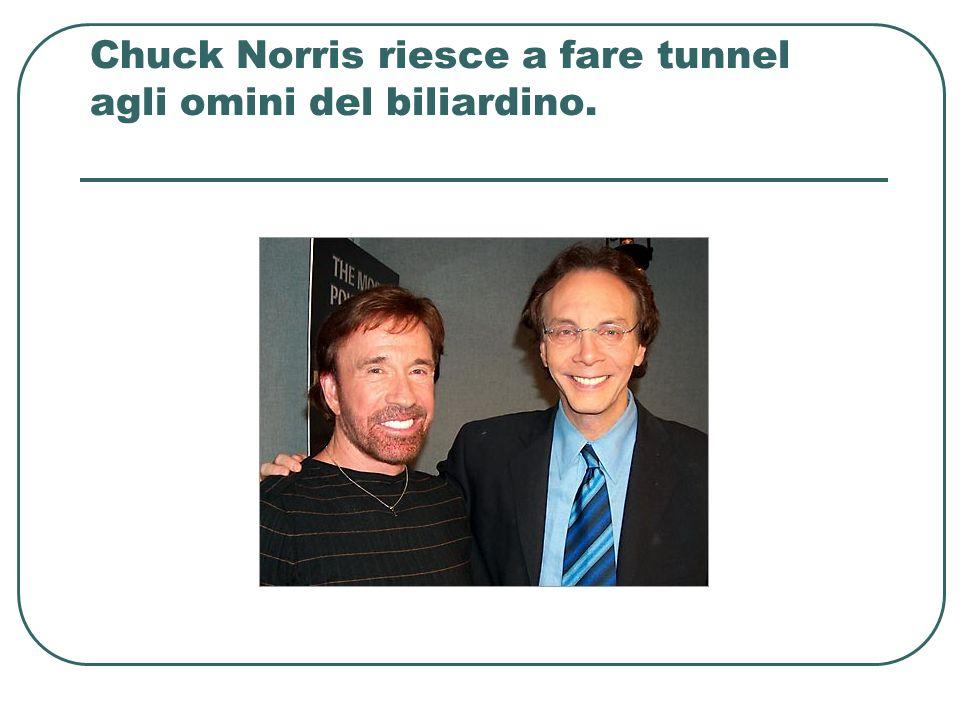 Chuck Norris riesce a fare tunnel agli omini del biliardino.
