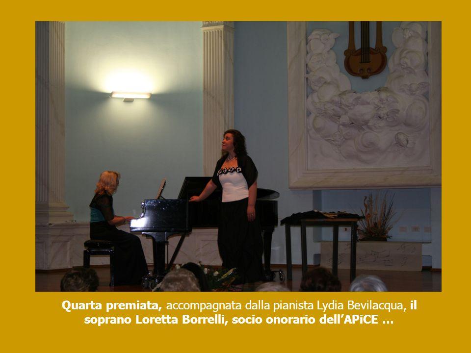Quarta premiata, accompagnata dalla pianista Lydia Bevilacqua, il soprano Loretta Borrelli, socio onorario dell'APiCE …