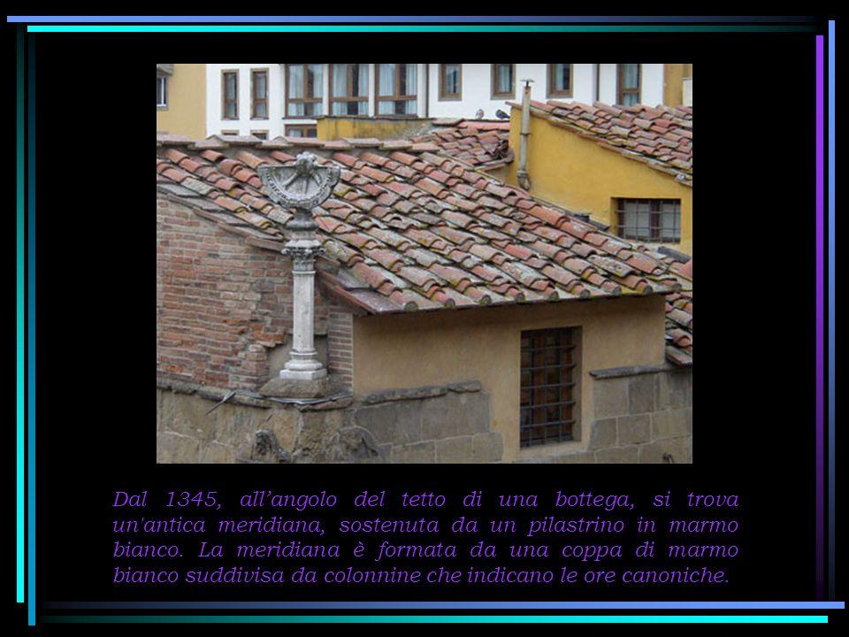 Dal 1345, all'angolo del tetto di una bottega, si trova un antica meridiana, sostenuta da un pilastrino in marmo bianco.