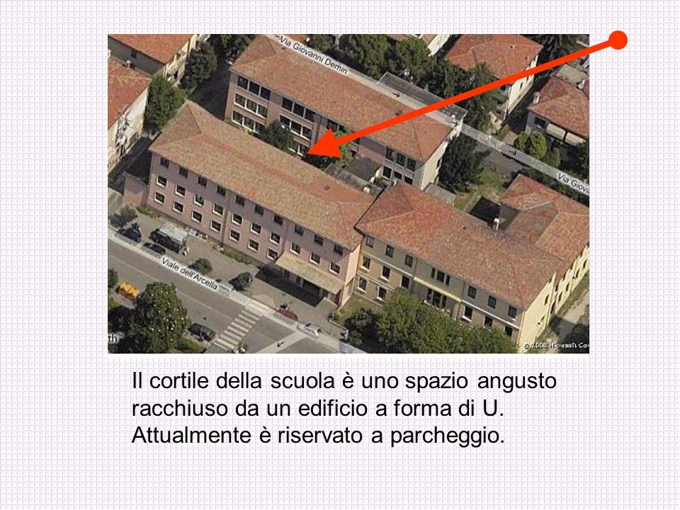 Il cortile della scuola è uno spazio angusto racchiuso da un edificio a forma di U.