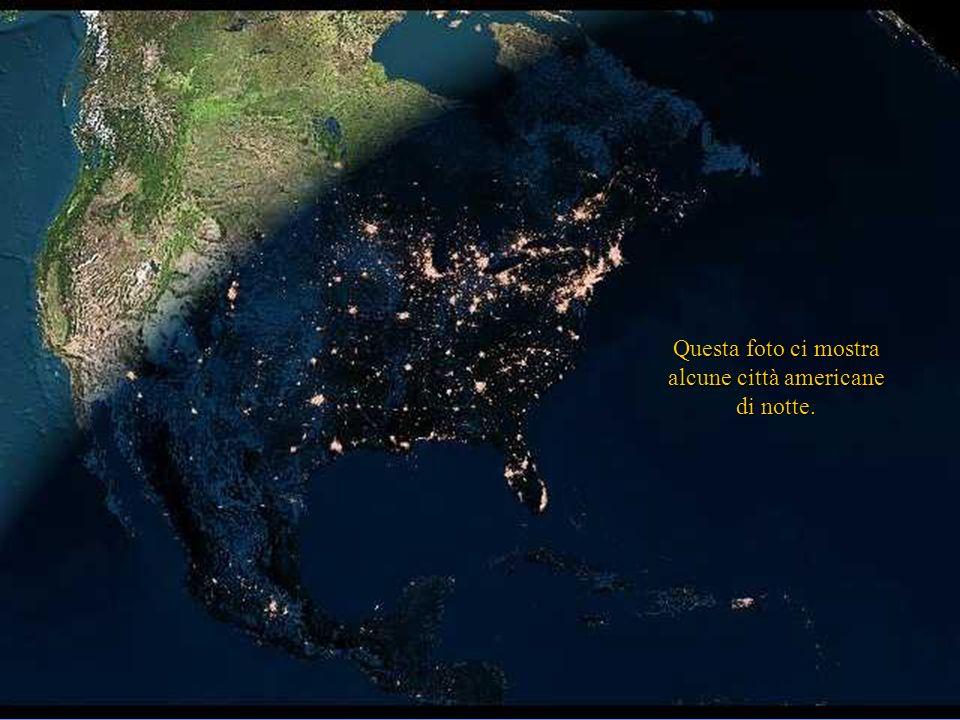 Questa foto ci mostra alcune città americane di notte.