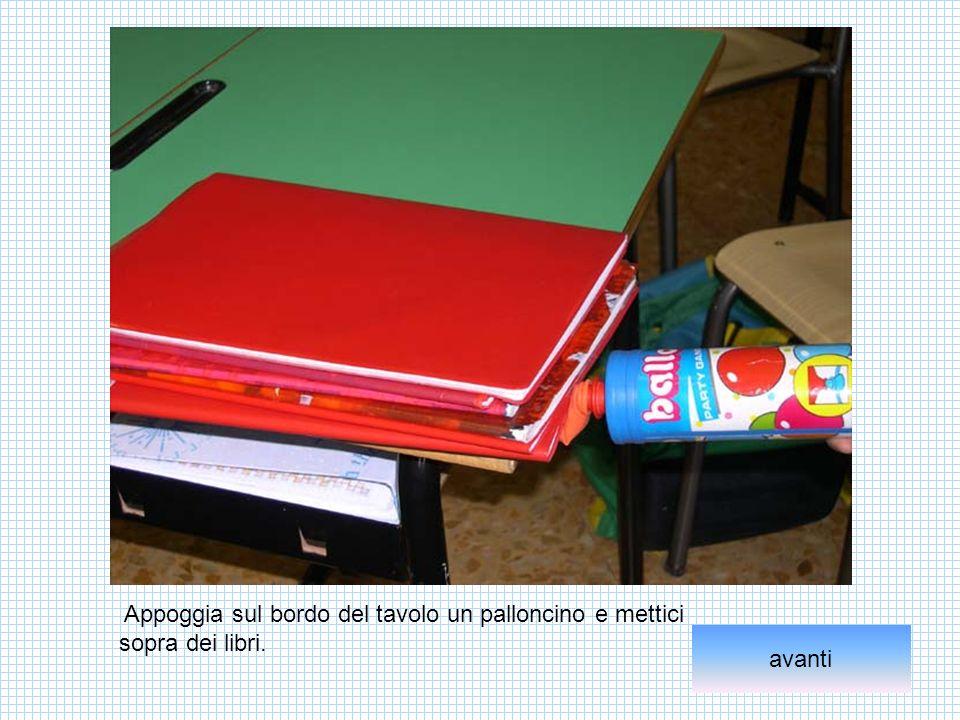 Appoggia sul bordo del tavolo un palloncino e mettici sopra dei libri.