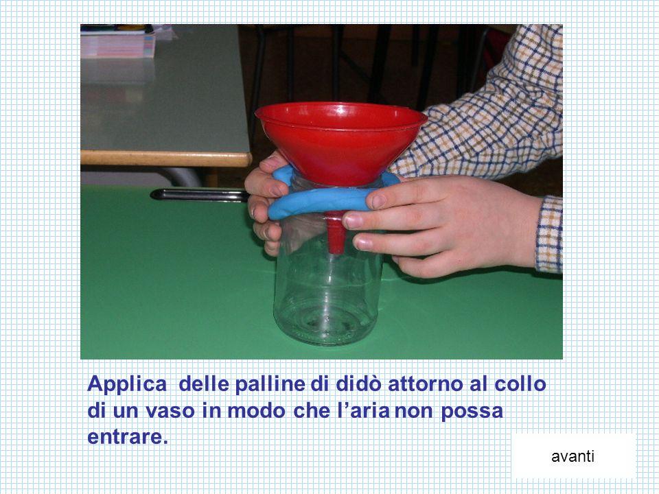 Applica delle palline di didò attorno al collo di un vaso in modo che l'aria non possa entrare.