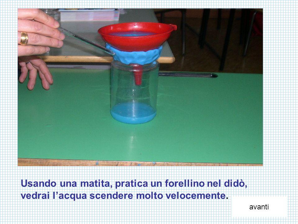 Usando una matita, pratica un forellino nel didò, vedrai l'acqua scendere molto velocemente.