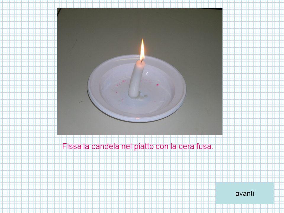 Fissa la candela nel piatto con la cera fusa.