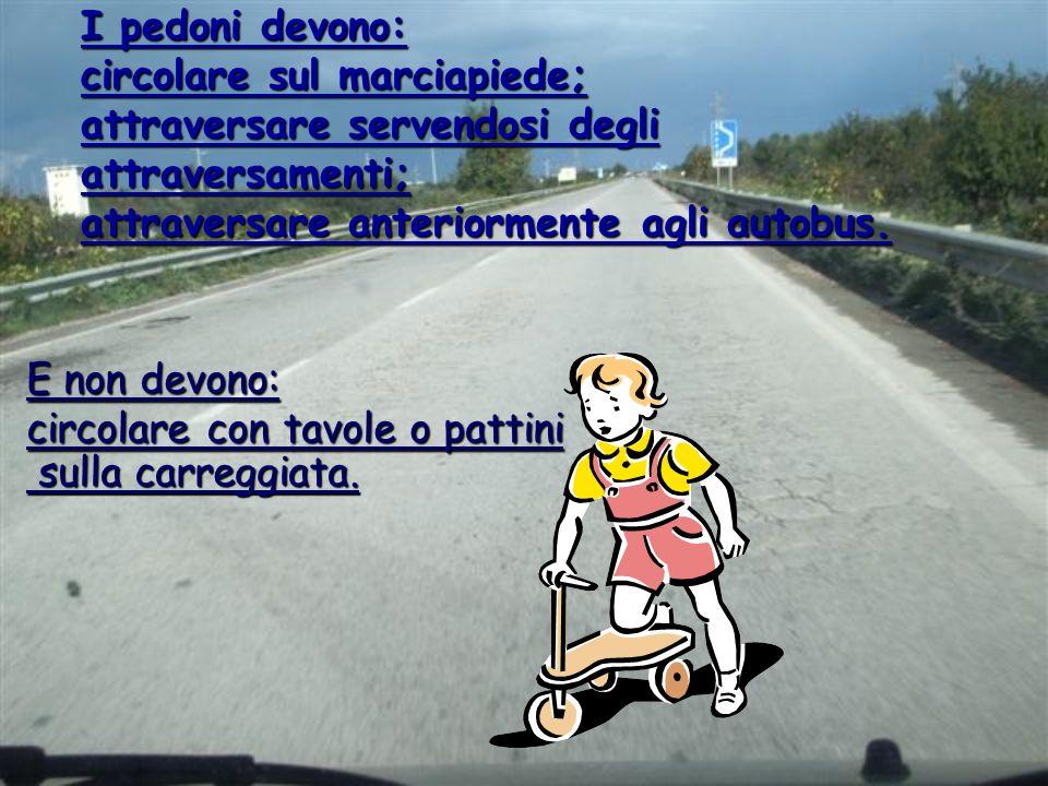 I pedoni devono: circolare sul marciapiede; attraversare servendosi degli attraversamenti; attraversare anteriormente agli autobus.