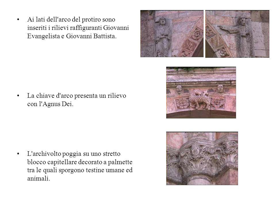 Ai lati dell arco del protiro sono inseriti i rilievi raffiguranti Giovanni Evangelista e Giovanni Battista.