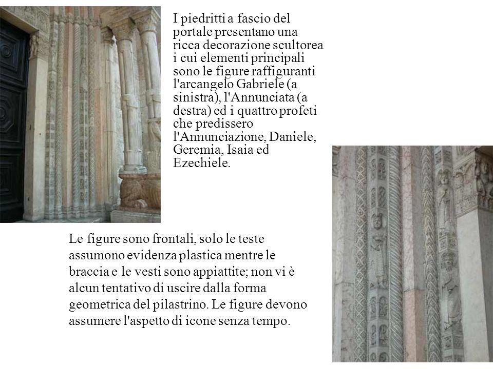 I piedritti a fascio del portale presentano una ricca decorazione scultorea i cui elementi principali sono le figure raffiguranti l arcangelo Gabriele (a sinistra), l Annunciata (a destra) ed i quattro profeti che predissero l Annunciazione, Daniele, Geremia, Isaia ed Ezechiele.