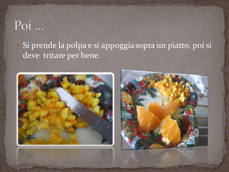 Poi … Si prende la polpa e si appoggia sopra un piatto, poi si deve tritare per bene.