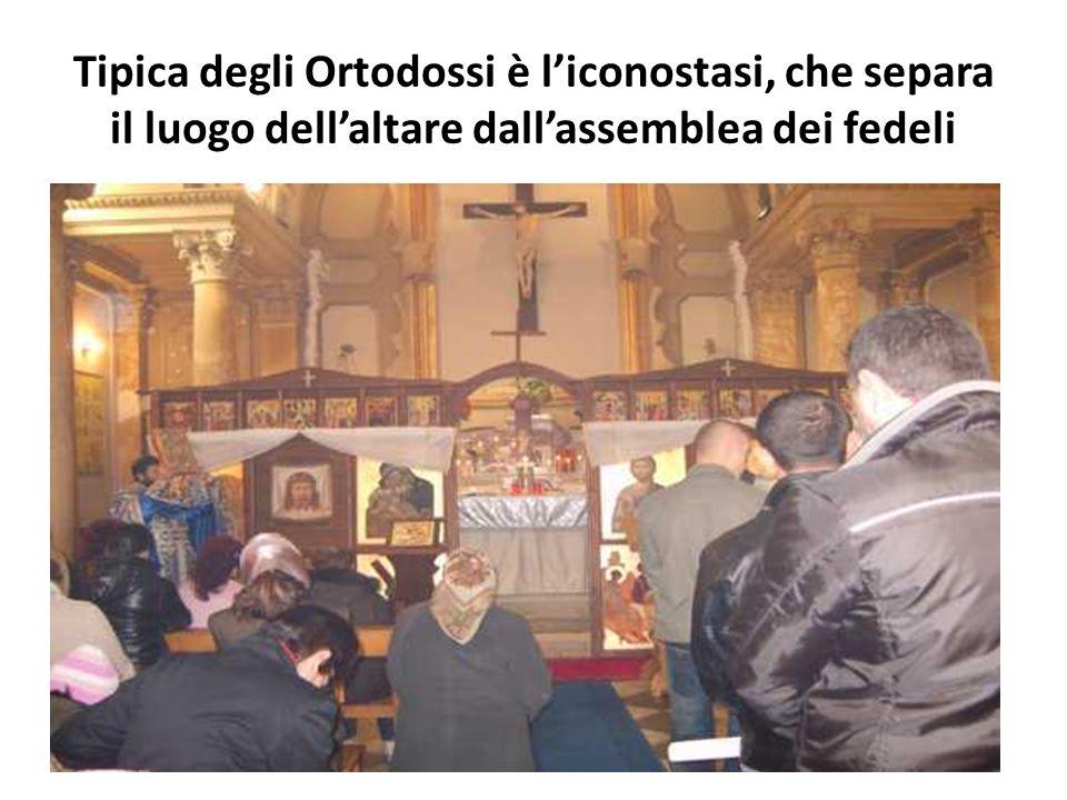 Tipica degli Ortodossi è l'iconostasi, che separa il luogo dell'altare dall'assemblea dei fedeli