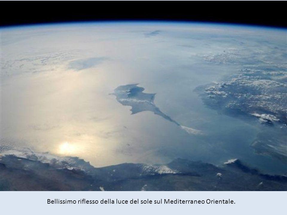 Bellissimo riflesso della luce del sole sul Mediterraneo Orientale.