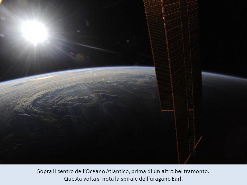Sopra il centro dell'Oceano Atlantico, prima di un altro bel tramonto