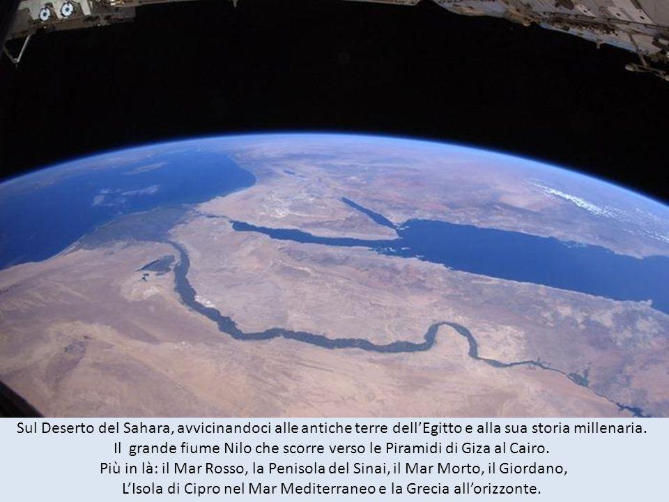 Il grande fiume Nilo che scorre verso le Piramidi di Giza al Cairo.