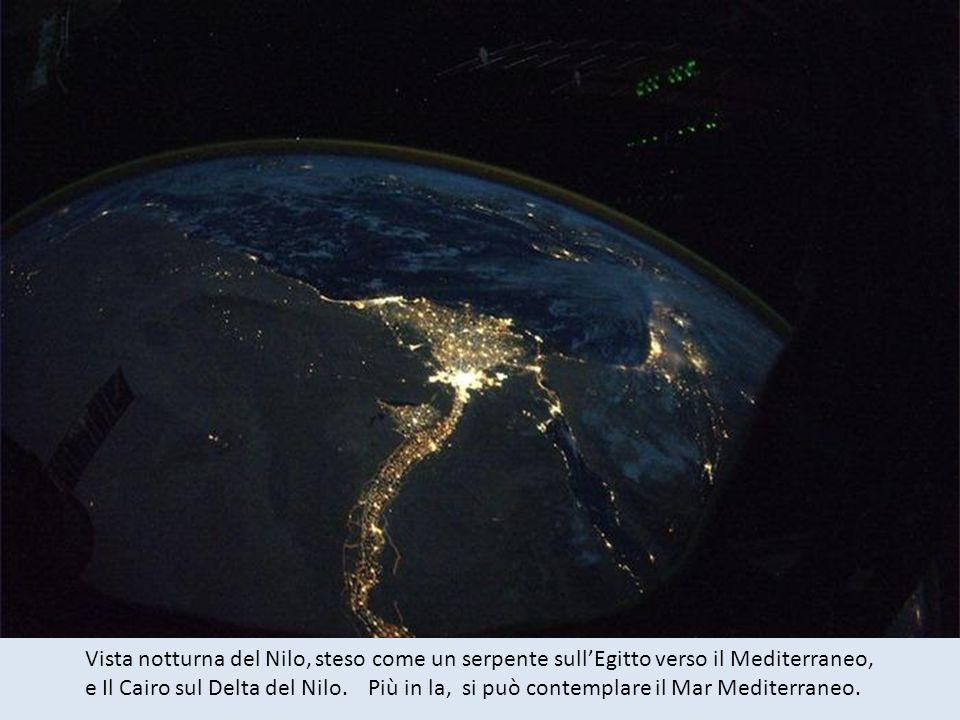 Vista notturna del Nilo, steso come un serpente sull'Egitto verso il Mediterraneo,