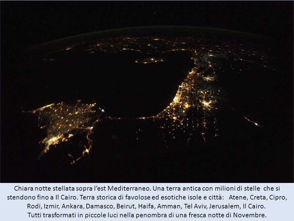 Chiara notte stellata sopra l'est Mediterraneo