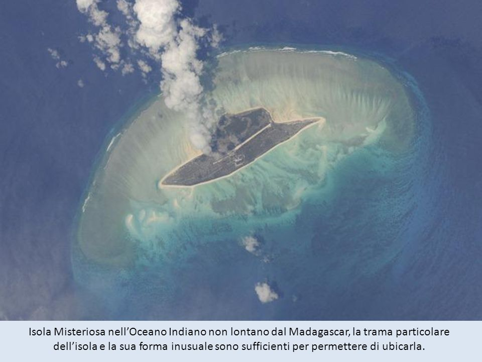 Isola Misteriosa nell'Oceano Indiano non lontano dal Madagascar, la trama particolare dell'isola e la sua forma inusuale sono sufficienti per permettere di ubicarla.