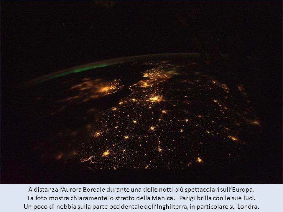 A distanza l'Aurora Boreale durante una delle notti più spettacolari sull'Europa.