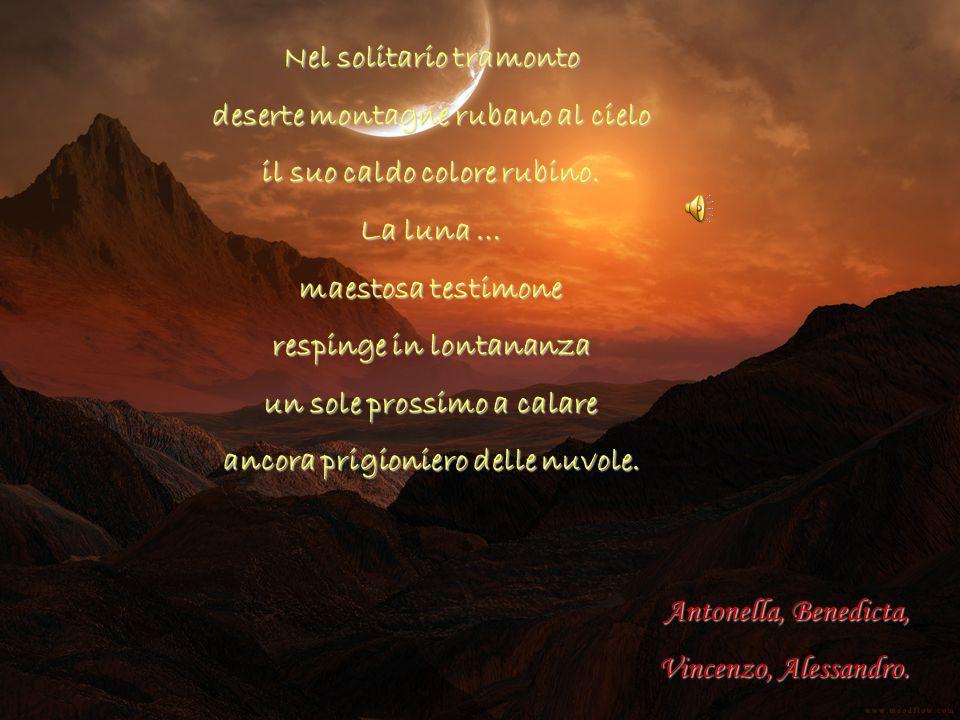 Nel solitario tramonto deserte montagne rubano al cielo
