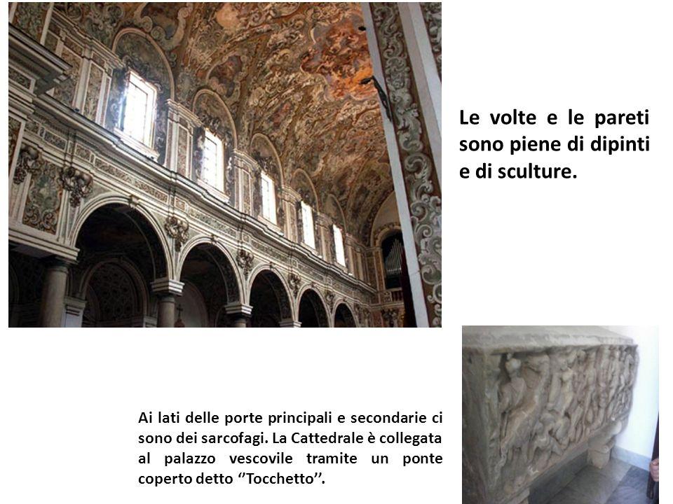 Le volte e le pareti sono piene di dipinti e di sculture.