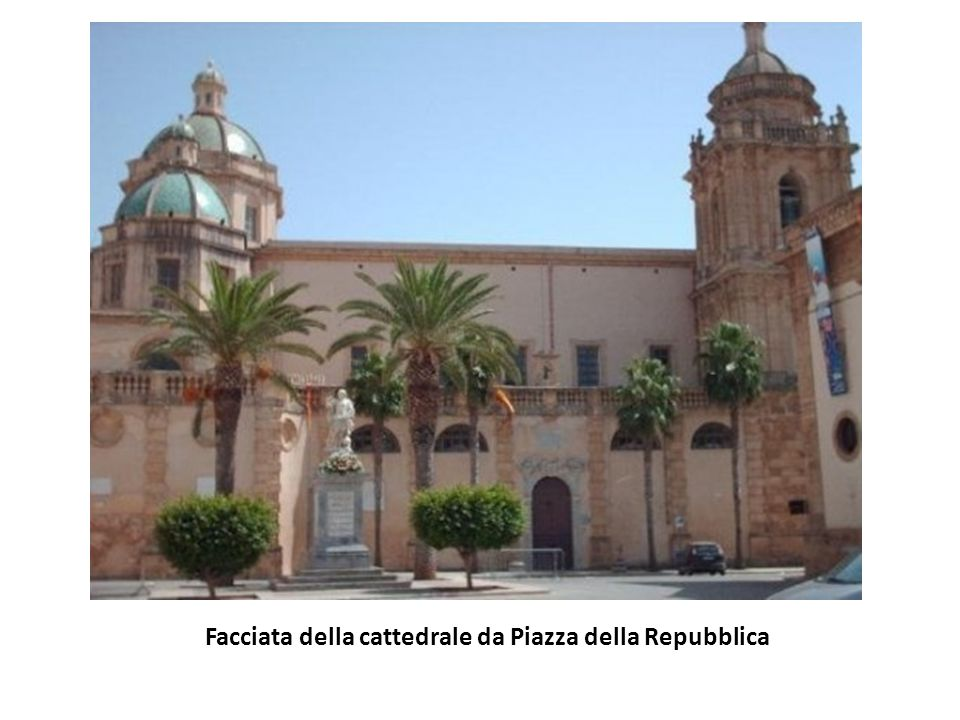 Facciata della cattedrale da Piazza della Repubblica