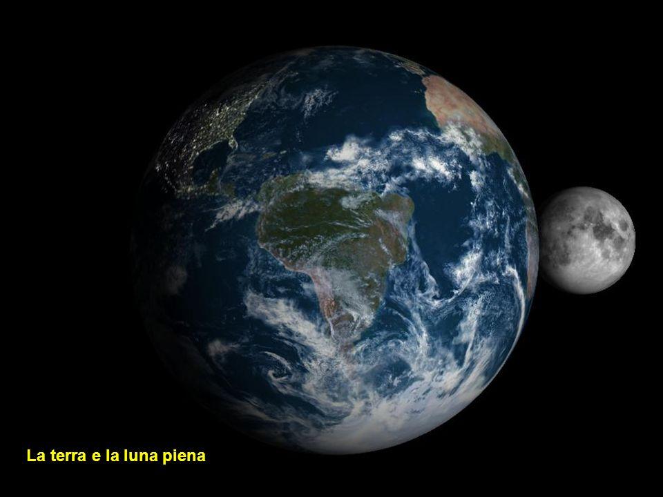 La terra e la luna piena
