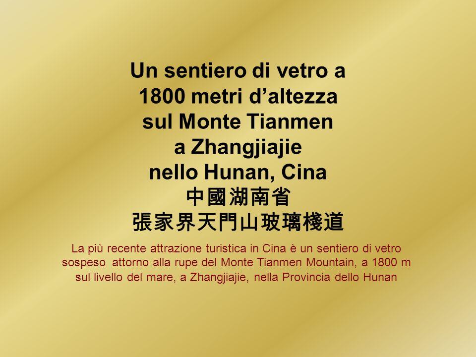 Un sentiero di vetro a 1800 metri d'altezza sul Monte Tianmen
