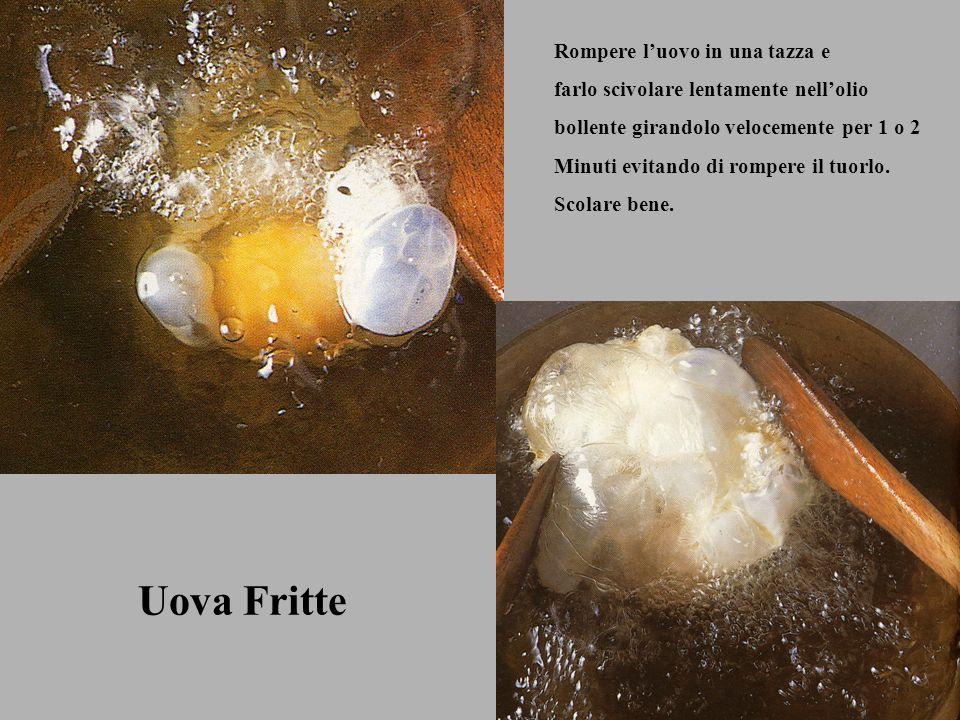 Uova Fritte Rompere l'uovo in una tazza e