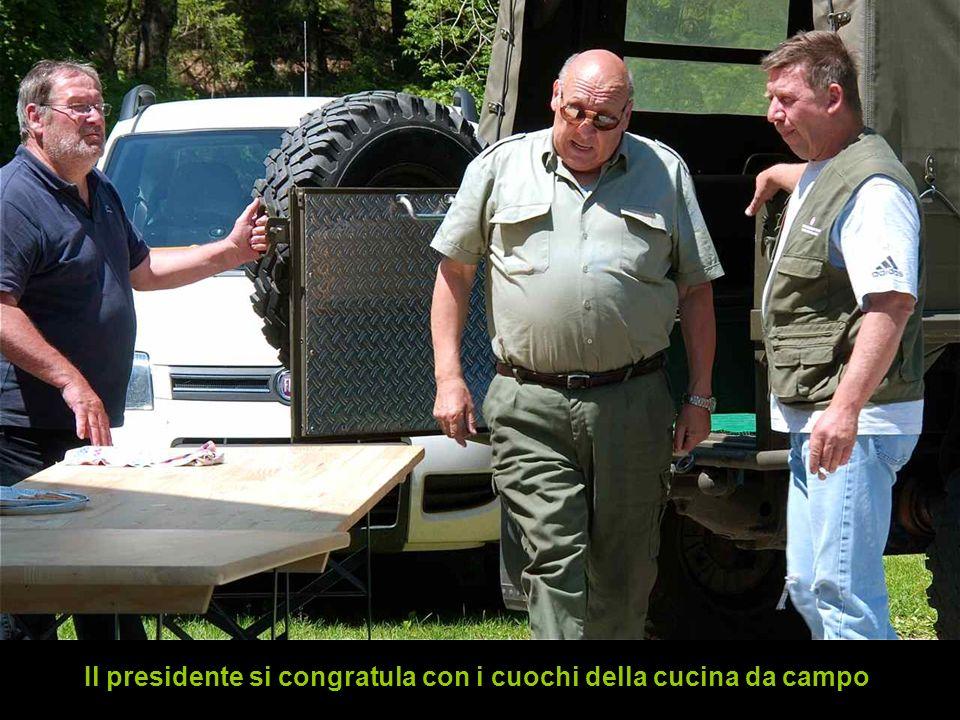 Il presidente si congratula con i cuochi della cucina da campo