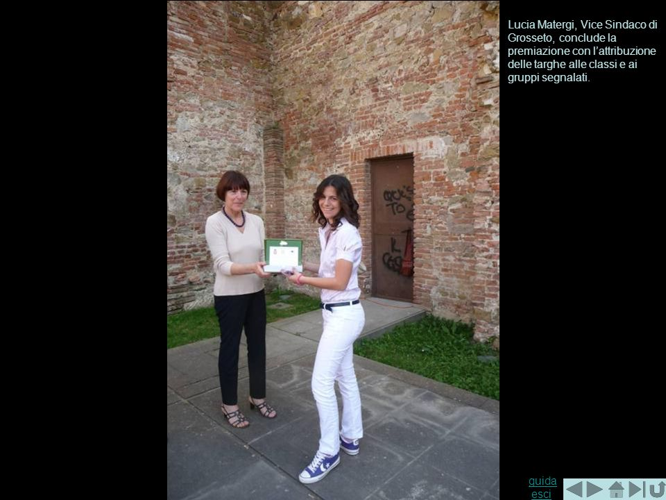 Lucia Matergi, Vice Sindaco di Grosseto, conclude la premiazione con l'attribuzione delle targhe alle classi e ai gruppi segnalati.
