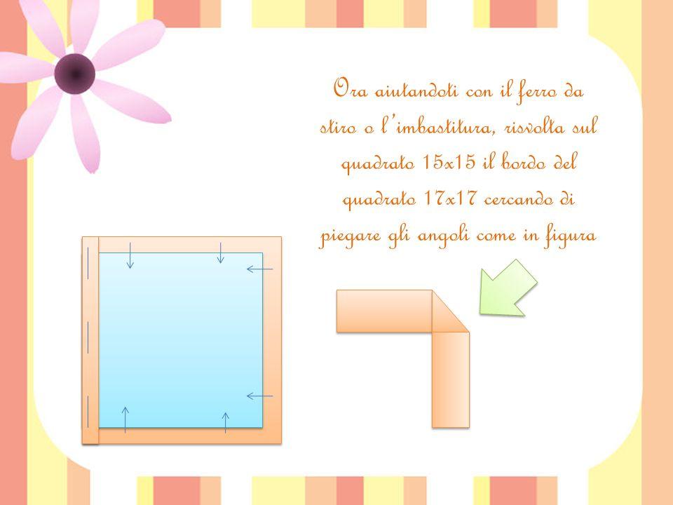 Ora aiutandoti con il ferro da stiro o l'imbastitura, risvolta sul quadrato 15x15 il bordo del quadrato 17x17 cercando di piegare gli angoli come in figura