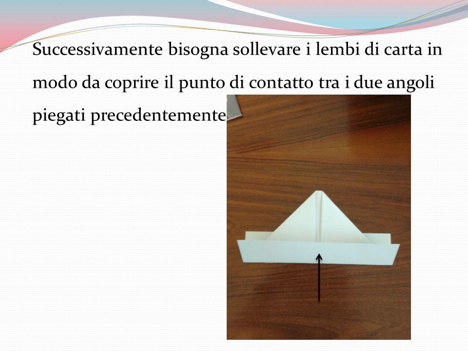 Successivamente bisogna sollevare i lembi di carta in modo da coprire il punto di contatto tra i due angoli piegati precedentemente.