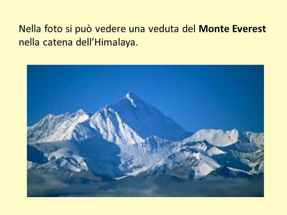 Nella foto si può vedere una veduta del Monte Everest nella catena dell'Himalaya.