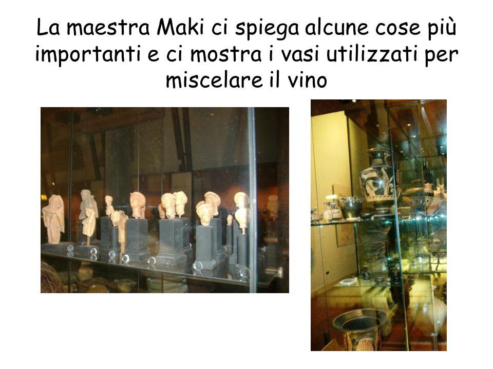 La maestra Maki ci spiega alcune cose più importanti e ci mostra i vasi utilizzati per miscelare il vino