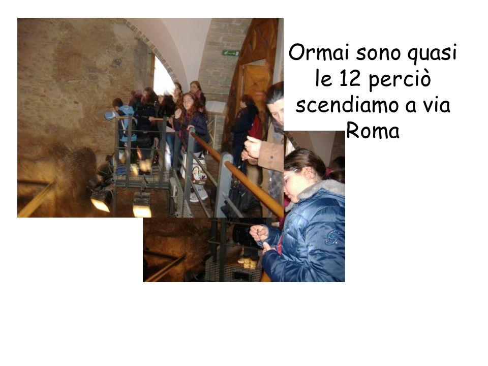 Ormai sono quasi le 12 perciò scendiamo a via Roma