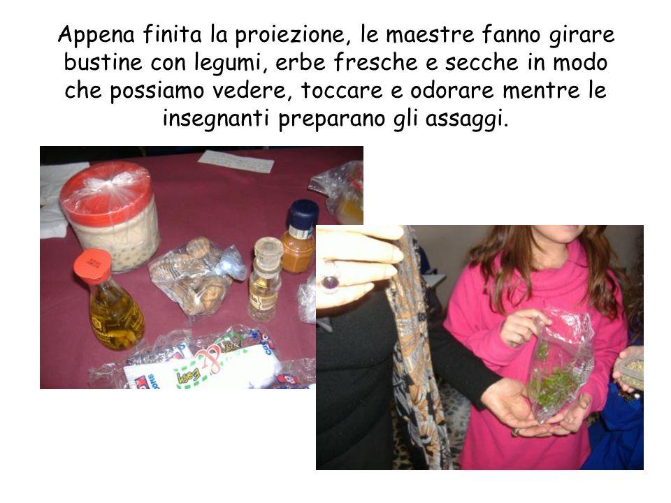 Appena finita la proiezione, le maestre fanno girare bustine con legumi, erbe fresche e secche in modo che possiamo vedere, toccare e odorare mentre le insegnanti preparano gli assaggi.
