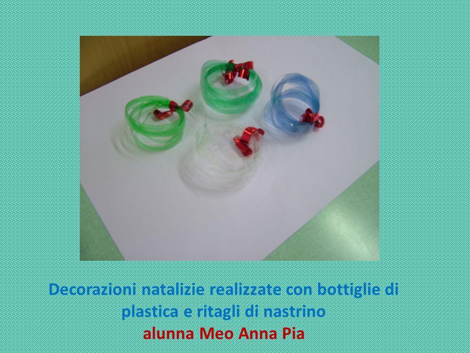 Decorazioni natalizie realizzate con bottiglie di plastica e ritagli di nastrino