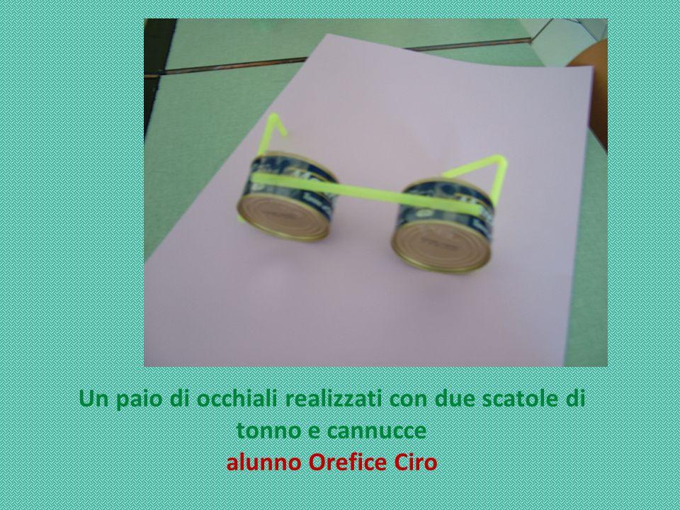 Un paio di occhiali realizzati con due scatole di tonno e cannucce
