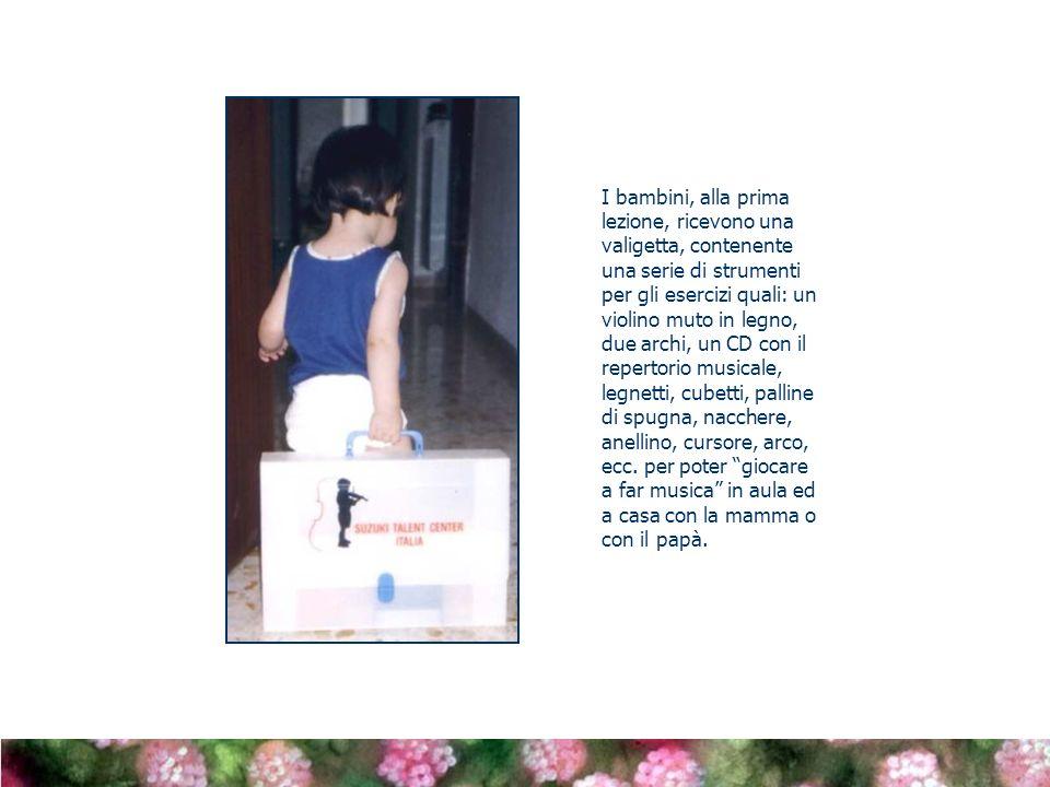 I bambini, alla prima lezione, ricevono una valigetta, contenente una serie di strumenti per gli esercizi quali: un violino muto in legno, due archi, un CD con il repertorio musicale, legnetti, cubetti, palline di spugna, nacchere, anellino, cursore, arco, ecc.