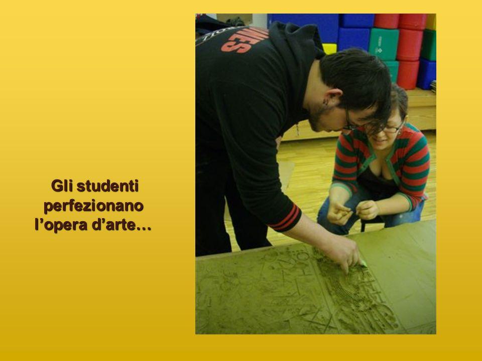 Gli studenti perfezionano l'opera d'arte…