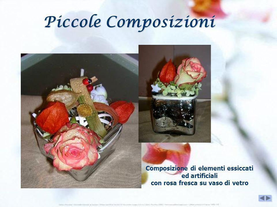 Piccole Composizioni Composizione di elementi essiccati ed artificiali con rosa fresca su vaso di vetro.