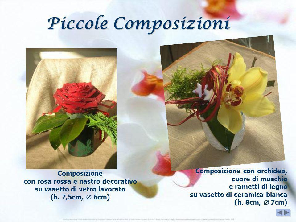 Piccole Composizioni Composizione con orchidea, cuore di muschio e rametti di legno su vasetto di ceramica bianca (h. 8cm,  7cm)