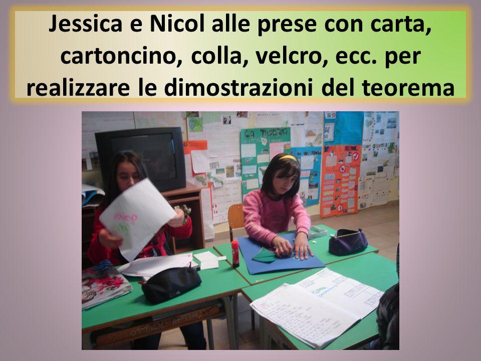 Jessica e Nicol alle prese con carta, cartoncino, colla, velcro, ecc