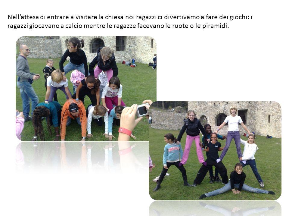 Nell'attesa di entrare a visitare la chiesa noi ragazzi ci divertivamo a fare dei giochi: i ragazzi giocavano a calcio mentre le ragazze facevano le ruote o le piramidi.