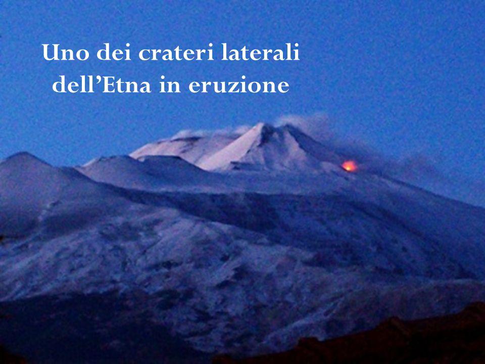Uno dei crateri laterali dell'Etna in eruzione