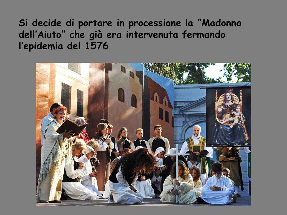 Si decide di portare in processione la Madonna dell'Aiuto che già era intervenuta fermando l'epidemia del 1576